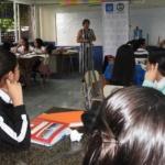 Coordinadora del Programa de Educación Financiera de la SSF, Licda. Sandra Reyes, brinda palabras a los alumnos del Instituto José Damián Villacorta previo a entrega de diplomas de participación en capacitaciones de educación financiera.