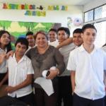 Estudiantes del Centro Escolar Tomás Medina de Santa Ana felices de aprender  conceptos básicos sobre finanzas