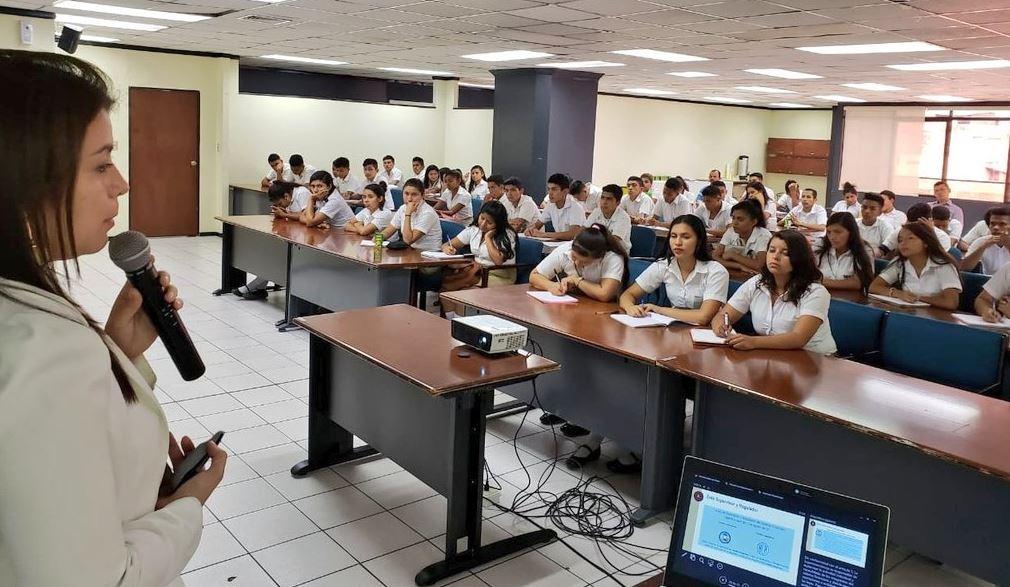 Estudiantes de Morazán conocen sobre el Funcionamiento del Sistema Financiero. Los estudiantes recorrieron más de 206 kilómetros para visitar las oficinas de la Superintendencia del Sistema Financiera, ubicadas en el corazón de San Salvador, con el propósito de conocer el funcionamiento del sistema financiero del país.