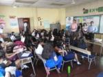 El Programa de Educación Financiera de El Salvador llegó hasta el Centro Escolar Napoleón Ríos, en Santa Ana para brindar dos talleres financieros dedicados a conocer sobre qué son los seguros y su importancia. Los pasantes de la Universidad Católica de El Salvador (UNICAES) brindaron los temas a 49 alumnas de octavo y noveno grado. Las niñas participaron en las dinámicas con el objetivo de aprender de forma divertida y lúdicas los temas que les servirán para un futuro.