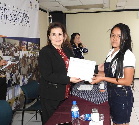 SUPERINTENDENTA ENTREGA DIPLOMAS DE RECONOCIMIENTO A ESTUDIANTES AHUACHAPANECOS