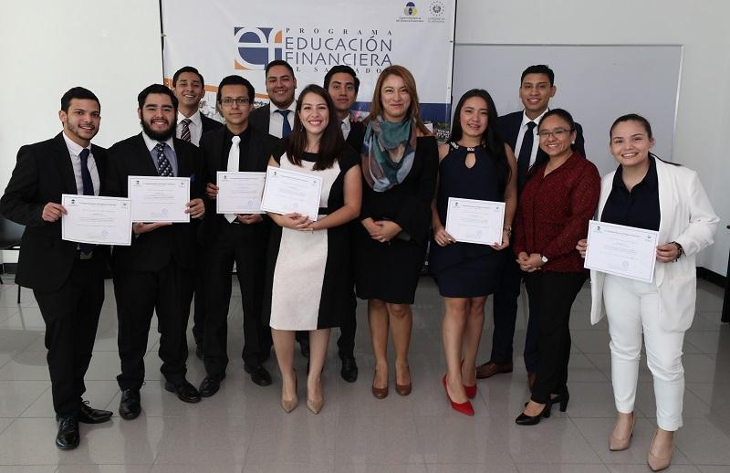 SUPERINTENDENTA ENTREGA DIPLOMAS A ESTUDIANTES UNIVERSITARIOS QUE FACILITARON CHARLAS DE EDUCACIÓN FINANCIERA